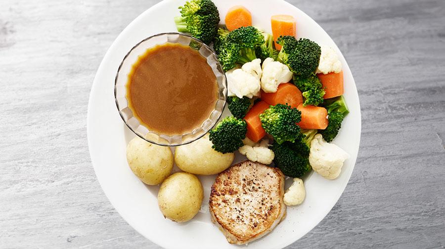 Klassisk Kotelet Med Sovs Kartofler Og Grønt