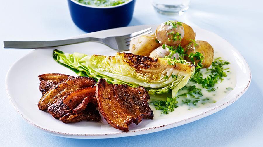 Stegt Flæsk Med Spidskål Kartofler Og Persillesauce